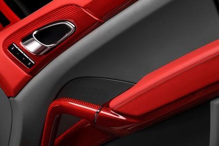 Tất cả các chi tiết lắp thêm được làm bằng vật liệu kevlar hoặc sợi carbon