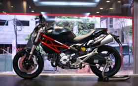 ducati monster 795 an toan hon voi phien ban abs