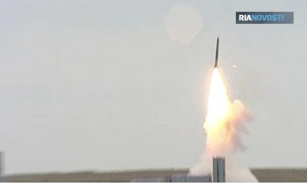 Tổ hợp tên lửa S-300 nhả đạn đánh chặn mục tiêu trên không