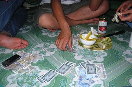 Cờ bạc là những thú vui của không ít sinh viên nhằm giết thời gian.