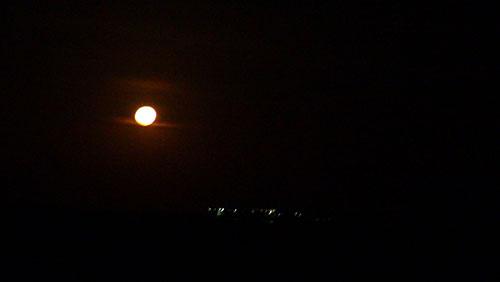 Khi đêm xuống, ánh trăng bao phủ còn ánh sáng trên đảo như những ánh sao lấp lánh.