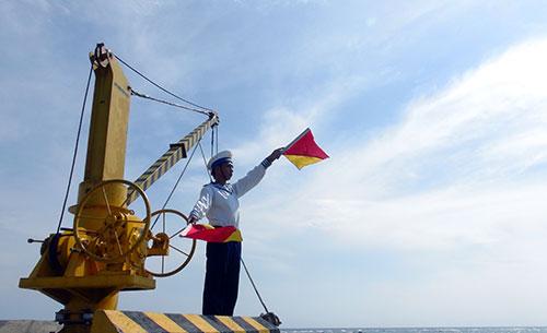 Chiến sĩ Hải quân làm hoa tiêu hướng dẫn xuồng CQ vào đảo.