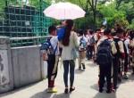 Phẫn nộ với hình ảnh học sinh cầm ô che nắng cho cô giáo