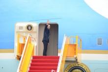Tổng thống Obama ra sân bay rời Việt Nam