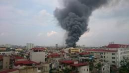 Hà Nội: Cháy lớn tại xưởng ô tô Hòa Bình