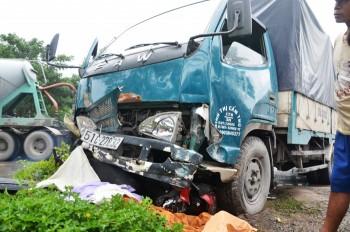 Xe tải 'điên' cuốn 4 xe máy, 3 người thương vong