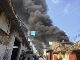 [Chùm ảnh] Cháy lớn ở xưởng gỗ Giáp Bát