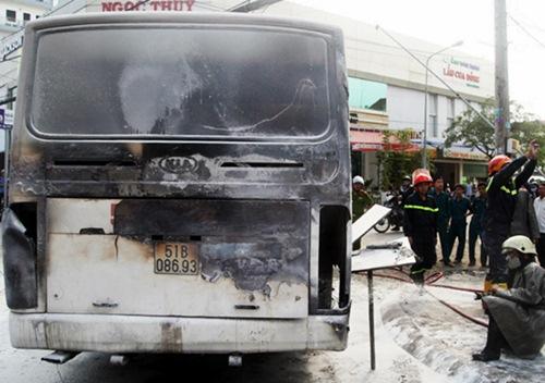 TP HCM: Xe đưa đón học sinh bốc cháy giữa đường