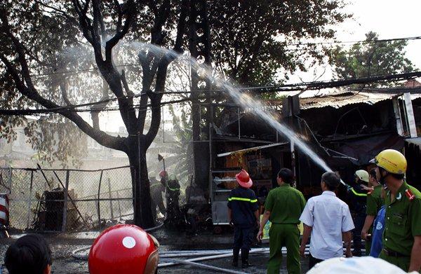 TP HCM: Đốt rác làm cháy 5 ki-ốt