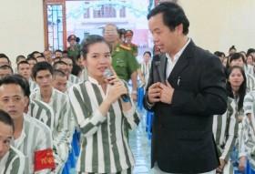 nguoi khong tay khong chan lam pham nhan roi nuoc mat