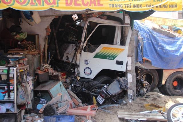 Xe tải đổ dốc lao vào nhà dân, 4 người thương vong