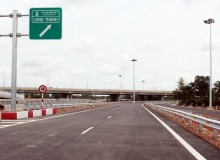 Làm đường song hành cao tốc để đổi 30 hecta đất
