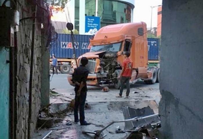 xe container lao vao nha dan luc rang sang