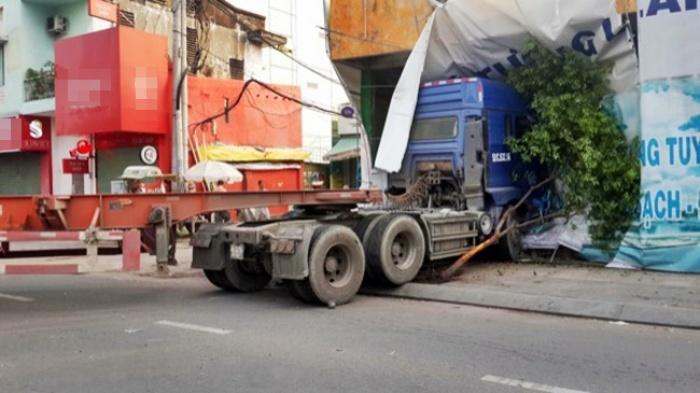 xe container huc nat dai phan cach roi dam vao nha dan