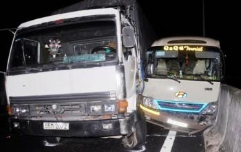TP HCM: Xe tải nổ lốp gây tai nạn liên hoàn trên cao tốc