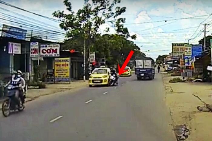 video xe may va cham taxi 4 nguoi bi thuong
