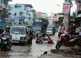 TP HCM: Mưa nhỏ, đường vẫn ngập