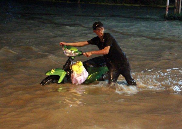 TP HCM: Triều cường kết hợp mưa lớn gây ngập nặng