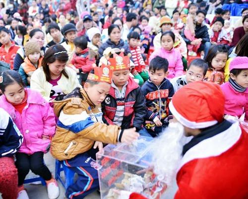 """""""Ông già Noel"""" quyên góp tiền làm từ thiện"""