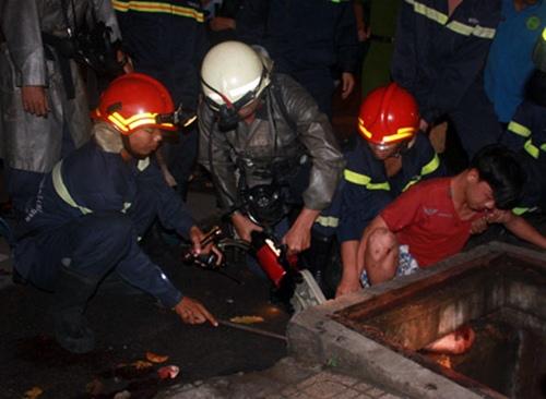 Giải cứu thanh niên bị kẹt chân dưới cống