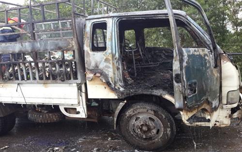 Bắc Giang: Ô tô tải cháy dữ dội trên cầu Xương Giang