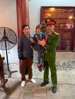 Hà Nội: Tìm cha mẹ cho cháu bé bị lạc tại Văn Miếu