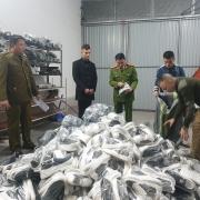"""Hà Nội: Thu giữ gần 5.000 giày dép, quần áo giả tại """"AE shop Việt Nam"""""""