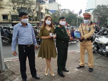 Nhà máy X20 tặng 10.000 chiếc khẩu trang cho CSGT Hà Nội