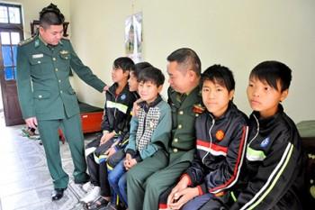 9 em nho hmong suyt bi ban sang trung quoc