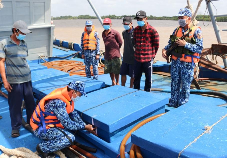 Cảnh sát biển Việt Nam bắt tàu cá vận chuyển 100.000 lít dầu DO