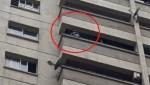 Thót tim cảnh bé trai vắt vẻo trên ban công tầng 12 gọi bố mẹ