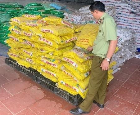 Gần 2 tấn phân bón hết hạn vẫn được bày bán tại cửa hàng vật tư nông nghiệp