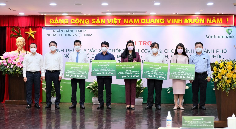 Vietcombank tài trợ 40 tỷ đồng trong đợt cao điểm quyên góp ủng hộ, phòng chống dịch COVID-19
