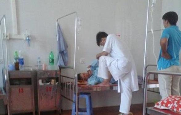 Bác sỹ gác chân lên giường bệnh nhân để 'khám bệnh' xin từ chức