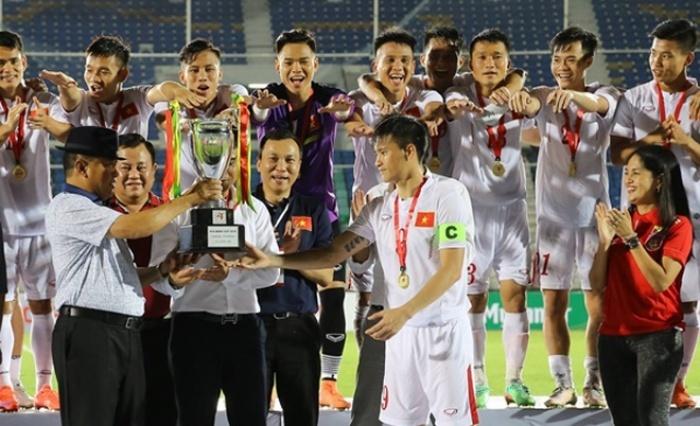 photo thay tro huu thang cung chiec cup aya bank cup 2016