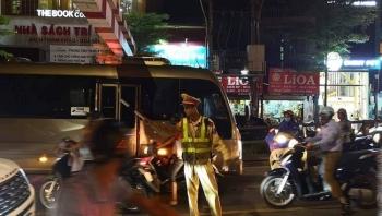 phat 1 trieu dong tuoc bang 2 thang tai xe lai xe khach len cau vuot thai ha