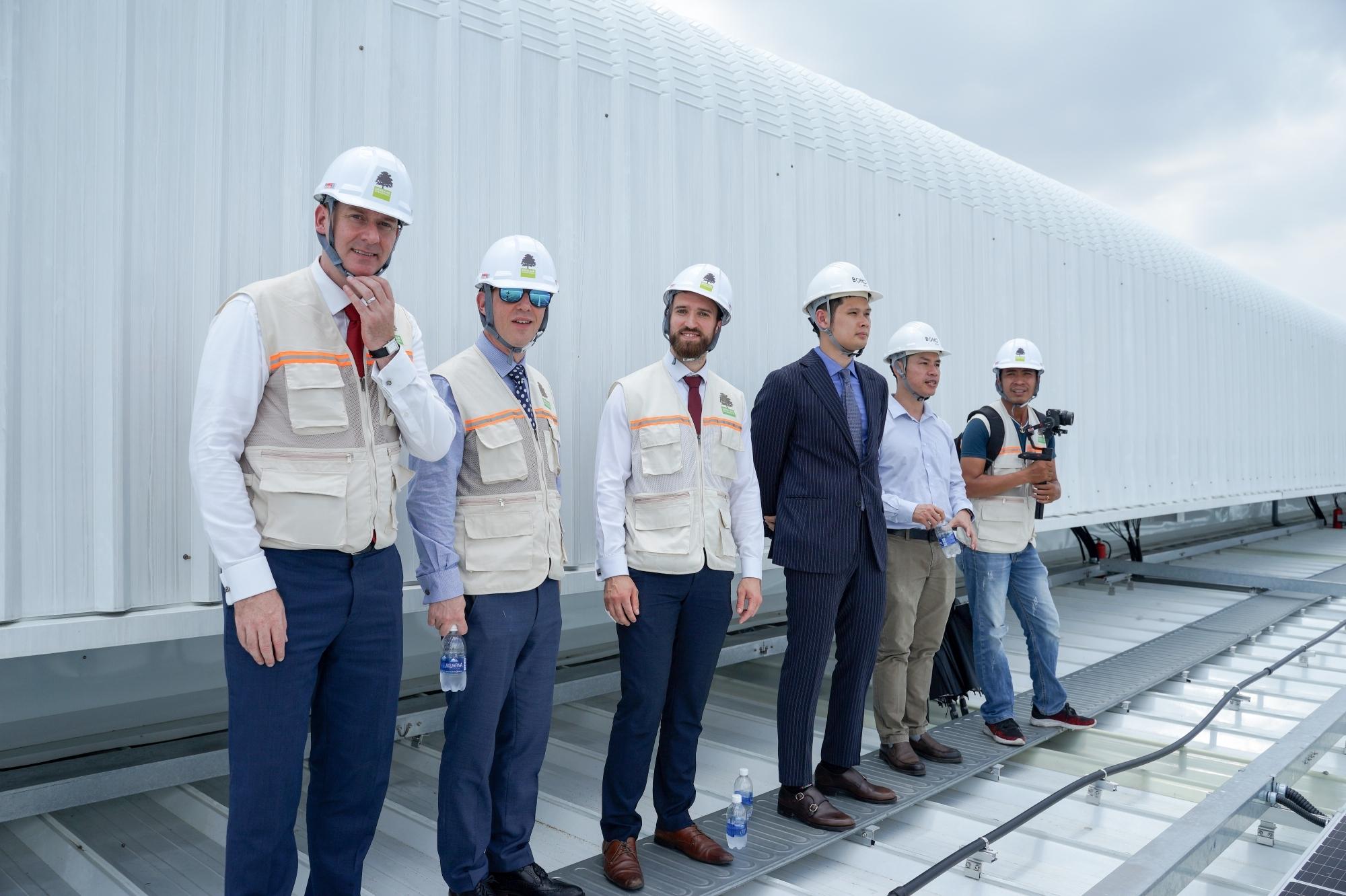 Đại sứ Anh tham quan dự án năng lượng mặt trời lớn tại Long An
