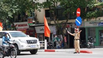 Cảnh sát giao thông Hà Nội căng mình dưới nắng 50 độ C