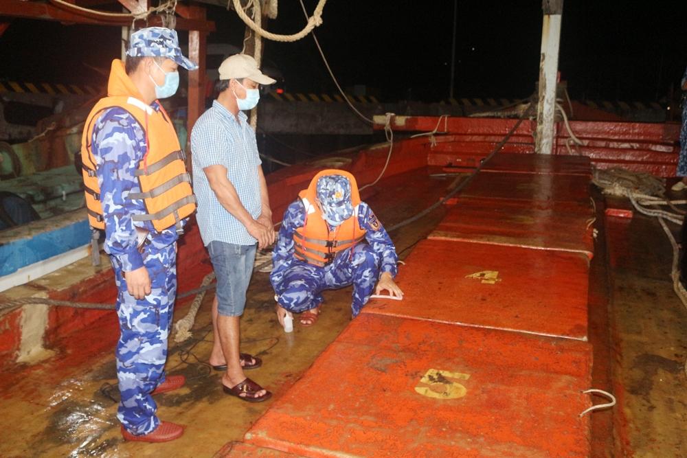 Cảnh sát biển bắt tàu vận chuyển 50.000 lít dầu DO không rõ nguồn gốc