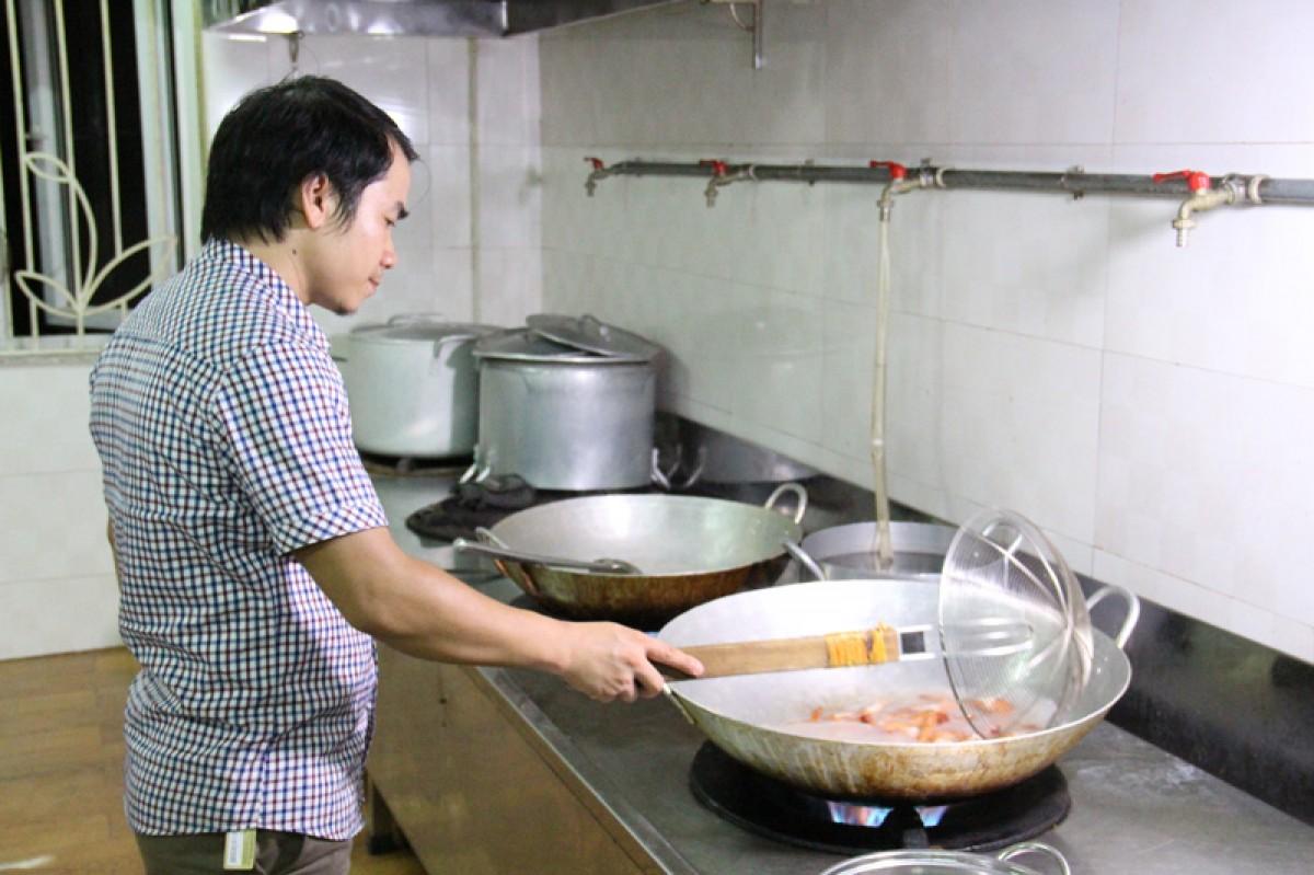 Tình nguyện viên trắng đêm nấu cơm cho các sĩ tử