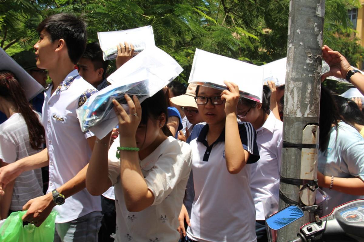 Hàng ngàn thí sinh bỏ thi, nhiều người phải đi cấp cứu...
