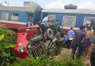 Xe tải lật nghiêng sau cú va chạm với tàu hỏa