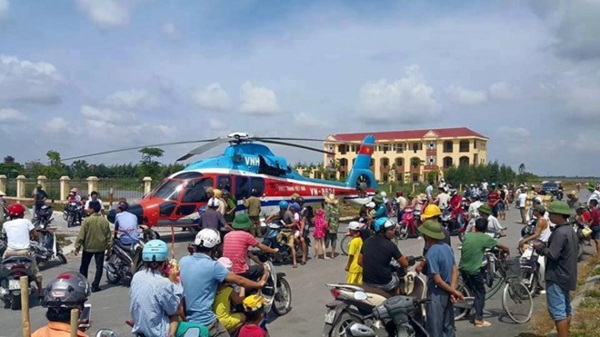 Chiếc máy bay hạ cánh khẩn cấp thu hút sự chú ý của nhiều người dân