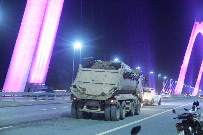 Cần xử nghiêm phương tiện chở vật liệu vương vãi trên cầu Nhật Tân