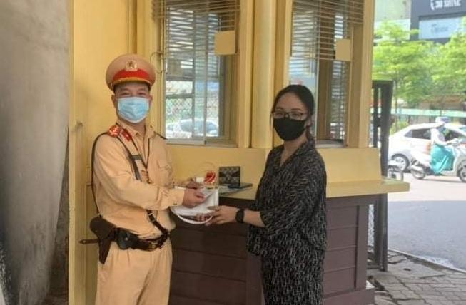 Cảnh sát giao thông Hà Nội trả lại số tiền lớn cho người đánh rơi