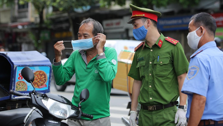 Ngày thứ 5 giãn cách, Hà Nội xử phạt gần 900 trường hợp vi phạm
