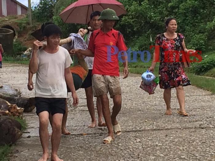 Phú Thọ: Công an xã vượt lũ đưa sản phụ đi cấp cứu