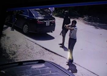 [VIDEO] Côn đồ táo tợn xông vào nhà nổ súng bắn gia chủ...
