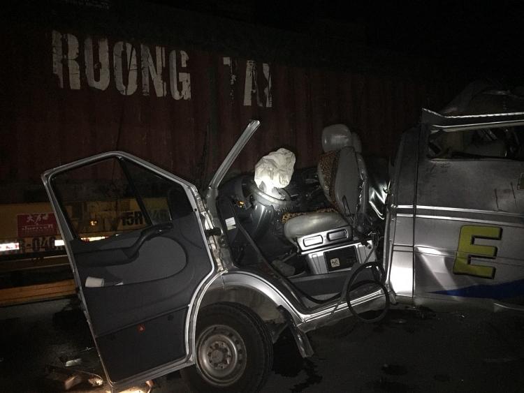 hung yen container va cham xe khach nhieu nguoi bi thuong