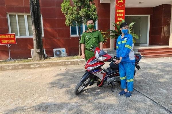 Công an quận Nam Từ Liêm tặng xe máy cho nữ lao công bị cướp